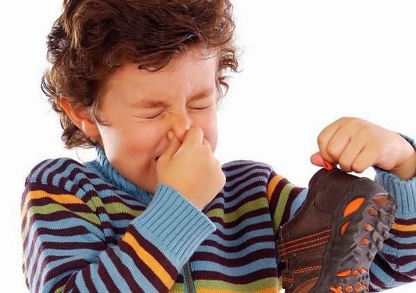 Khử mùi hôi cho giày Crocs
